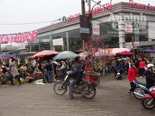 Đổ xô đi mua hoa giá rẻ gây ùn tắc cục bộ trên đường Âu Cơ ảnh 11