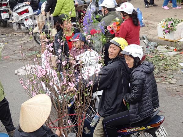 Đổ xô đi mua hoa giá rẻ gây ùn tắc cục bộ trên đường Âu Cơ ảnh 4