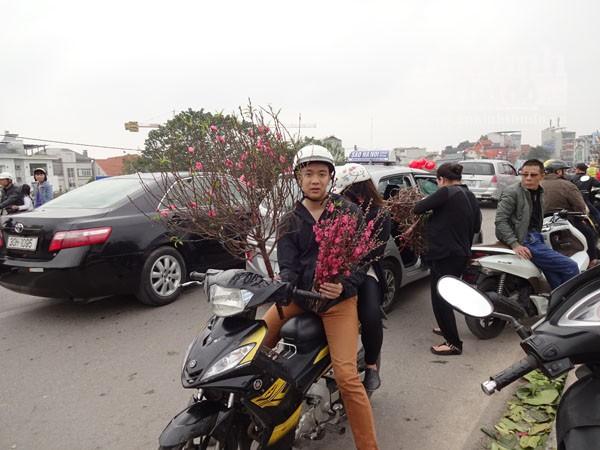 Đổ xô đi mua hoa giá rẻ gây ùn tắc cục bộ trên đường Âu Cơ ảnh 9