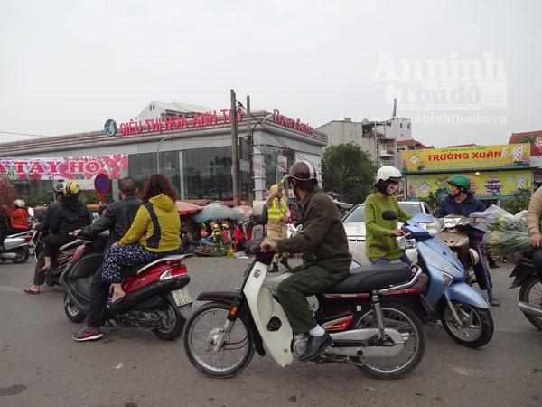 Đổ xô đi mua hoa giá rẻ gây ùn tắc cục bộ trên đường Âu Cơ ảnh 15