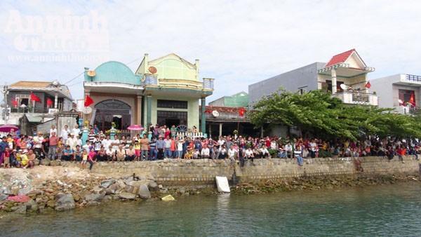Quảng Ngãi: Ngư dân làm lễ ra quân đánh bắt hải sản đầu năm ảnh 2