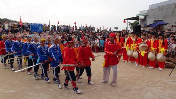 Quảng Ngãi: Ngư dân làm lễ ra quân đánh bắt hải sản đầu năm ảnh 1