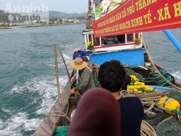 Quảng Ngãi: Ngư dân làm lễ ra quân đánh bắt hải sản đầu năm ảnh 4
