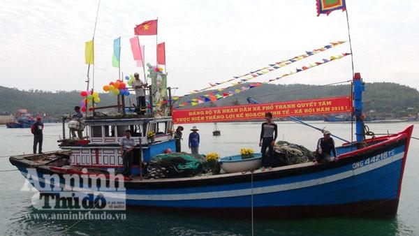 Quảng Ngãi: Ngư dân làm lễ ra quân đánh bắt hải sản đầu năm ảnh 3