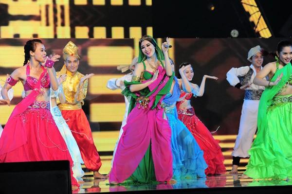 Đông Nhi hóa công chúa Ba Tư xinh đẹp, Tóc Tiên khóc nghẹn bên Thành Lộc ảnh 2