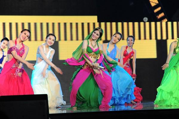 Đông Nhi hóa công chúa Ba Tư xinh đẹp, Tóc Tiên khóc nghẹn bên Thành Lộc ảnh 3