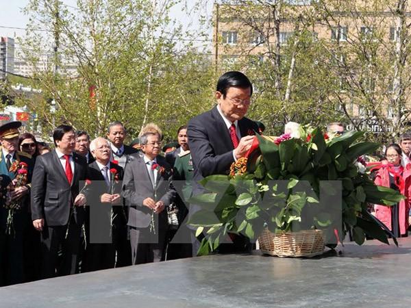 Chủ tịch nước Trương Tấn Sang đặt hoa tại Tượng đài Bác Hồ ở Nga ảnh 1
