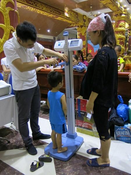 """300 trẻ em ở """"làng ô nhiễm"""" được Vinmec khám sức khỏe miễn phí ảnh 2"""