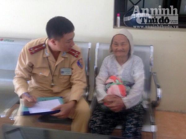 CSGT giúp đỡ cụ bà 93 tuổi đi lạc giữa cái nắng nóng nung người ảnh 1