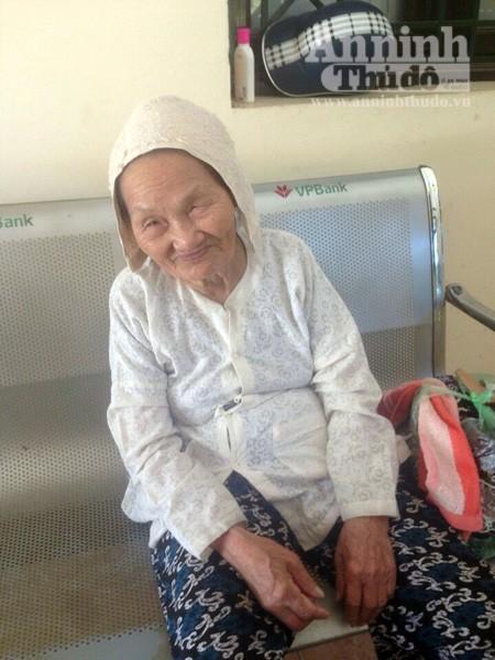 CSGT giúp đỡ cụ bà 93 tuổi đi lạc giữa cái nắng nóng nung người ảnh 2