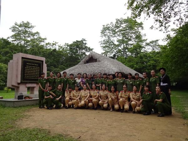 Phụ nữ Cụm thi đua số 3 CATP Hà Nội về nguồn báo công dâng Bác ảnh 4