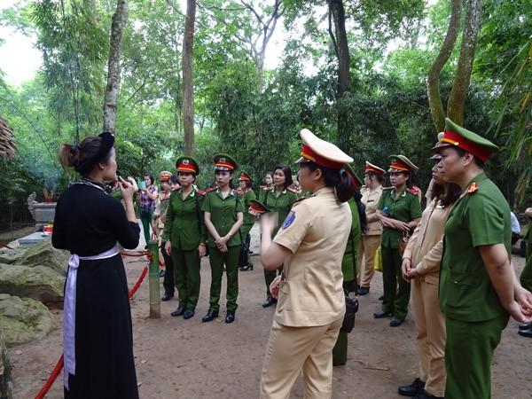 Phụ nữ Cụm thi đua số 3 CATP Hà Nội về nguồn báo công dâng Bác ảnh 2