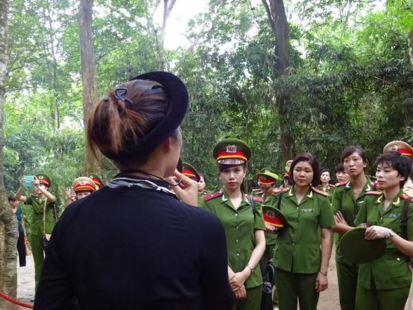 Phụ nữ Cụm thi đua số 3 CATP Hà Nội về nguồn báo công dâng Bác ảnh 3
