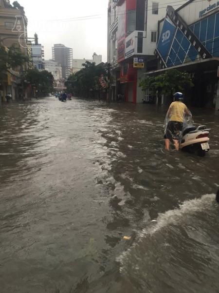 """Mưa lớn kéo dài, Hải Phòng chìm trong """"biển nước"""" ảnh 5"""