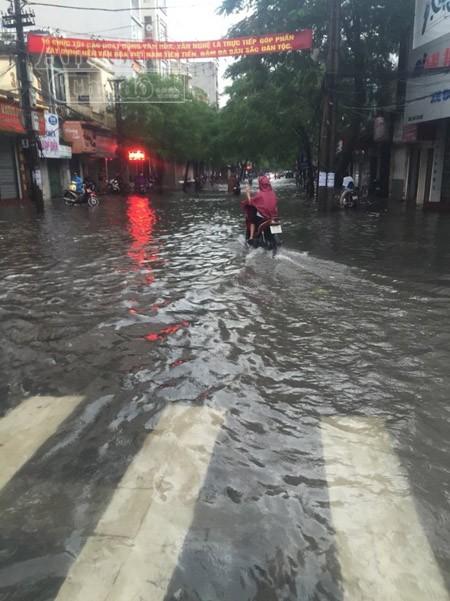 """Mưa lớn kéo dài, Hải Phòng chìm trong """"biển nước"""" ảnh 2"""