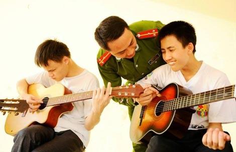 Lớp học guitar cho trẻ em khiếm thị của một Thượng úy trẻ ảnh 4