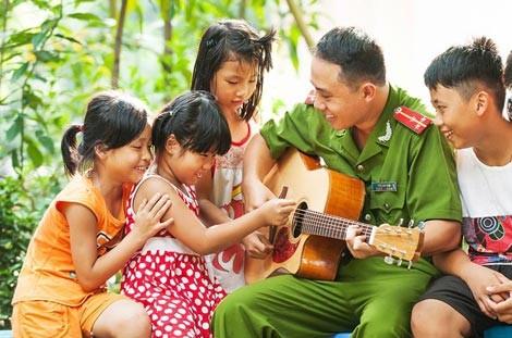 Lớp học guitar cho trẻ em khiếm thị của một Thượng úy trẻ ảnh 3
