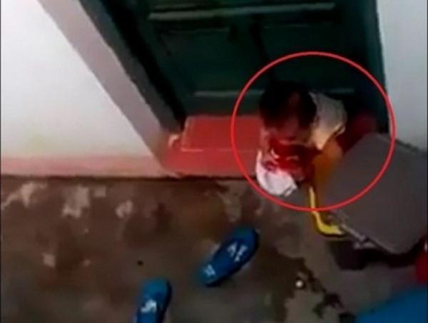 Audio 13-11-2015: Buộc thôi việc cô giáo nhốt trẻ 2 tuổi, khiến bé nhặt rác bỏ vào mồm ảnh 2