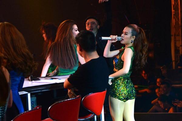 """Hoàng Thùy Linh khoe vũ đạo """"nóng bỏng"""" trên sân khấu The Remix ảnh 11"""