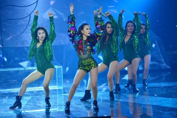 """Hoàng Thùy Linh khoe vũ đạo """"nóng bỏng"""" trên sân khấu The Remix ảnh 4"""