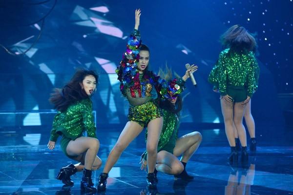 """Hoàng Thùy Linh khoe vũ đạo """"nóng bỏng"""" trên sân khấu The Remix ảnh 5"""