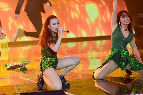 """Hoàng Thùy Linh khoe vũ đạo """"nóng bỏng"""" trên sân khấu The Remix ảnh 8"""