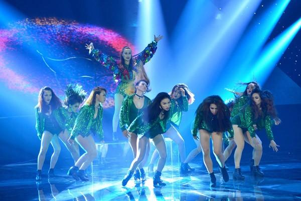 """Hoàng Thùy Linh khoe vũ đạo """"nóng bỏng"""" trên sân khấu The Remix ảnh 2"""