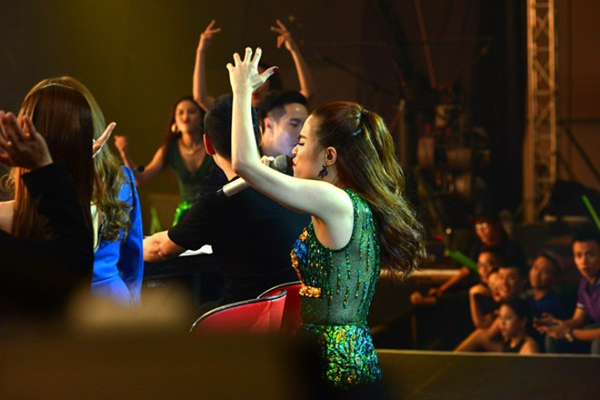 """Hoàng Thùy Linh khoe vũ đạo """"nóng bỏng"""" trên sân khấu The Remix ảnh 10"""