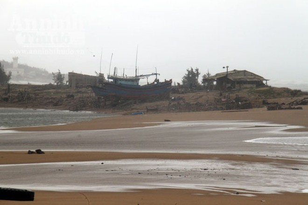 Phú Yên: Triều cường uy hiếp khu dân cư, tàn phá bến sửa chữa tàu cá ảnh 1