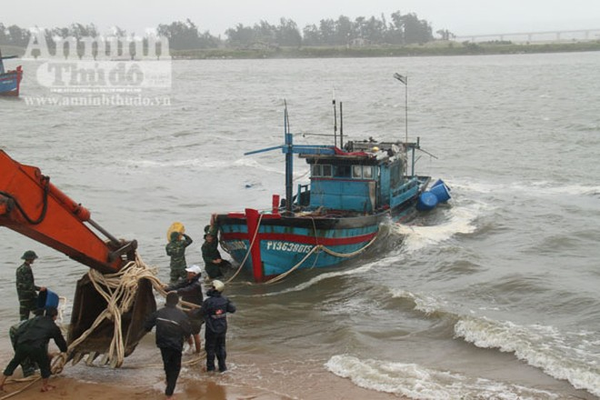Phú Yên: Triều cường uy hiếp khu dân cư, tàn phá bến sửa chữa tàu cá ảnh 4