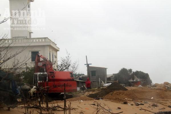 Phú Yên: Triều cường uy hiếp khu dân cư, tàn phá bến sửa chữa tàu cá ảnh 2