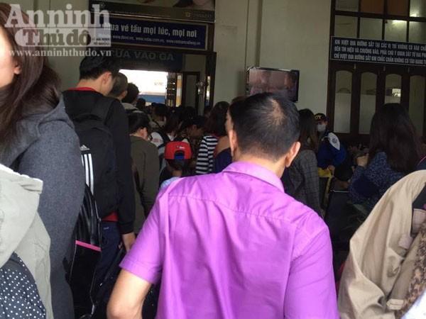 Người dân Hải Phòng ùn ùn ra ga tàu, đổ về Hà Nội ảnh 1