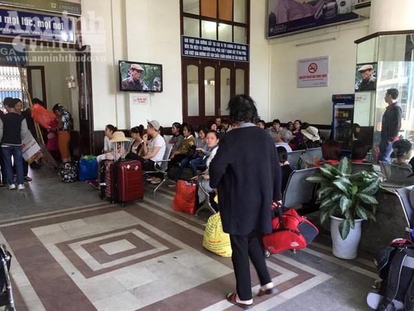 Người dân Hải Phòng ùn ùn ra ga tàu, đổ về Hà Nội ảnh 7