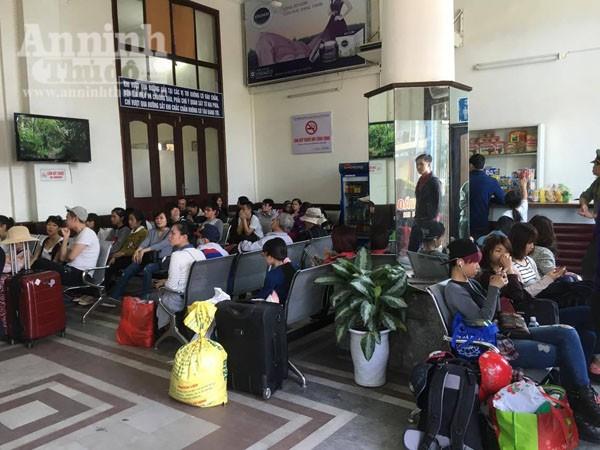 Người dân Hải Phòng ùn ùn ra ga tàu, đổ về Hà Nội ảnh 8