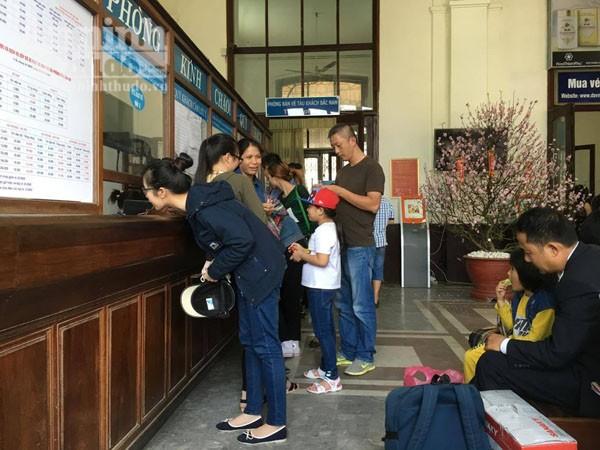Người dân Hải Phòng ùn ùn ra ga tàu, đổ về Hà Nội ảnh 3