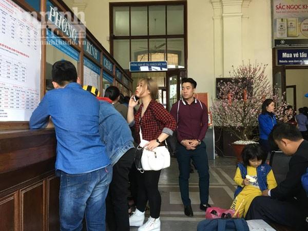 Người dân Hải Phòng ùn ùn ra ga tàu, đổ về Hà Nội ảnh 5
