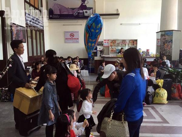 Người dân Hải Phòng ùn ùn ra ga tàu, đổ về Hà Nội ảnh 2