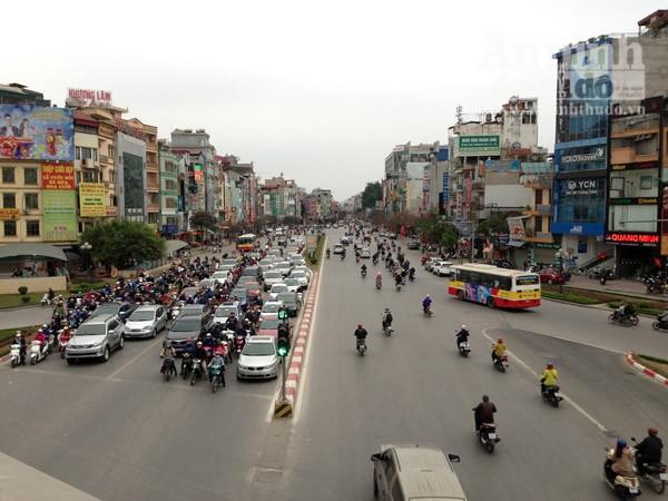 Đường phố Hà Nội thông thoáng trong ngày làm việc đầu tiên của năm mới Bính Thân ảnh 5