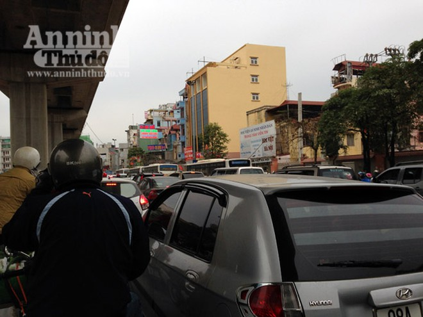 Đường phố Hà Nội thông thoáng trong ngày làm việc đầu tiên của năm mới Bính Thân ảnh 7