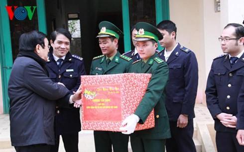 Chủ tịch nước dâng hương tưởng nhớ liệt sĩ bảo vệ biên giới phía Bắc ảnh 4