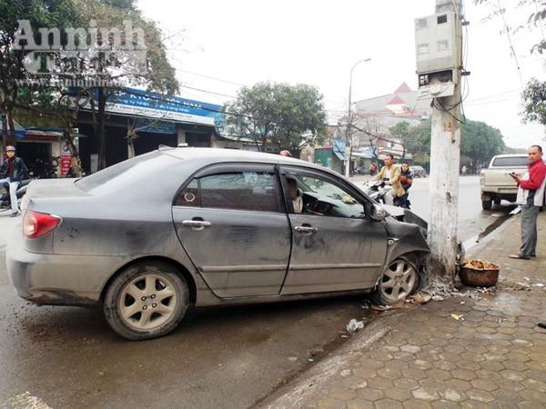 Ô tô mất lái đâm cột điện, 4 người nhập viện cấp cứu ảnh 1