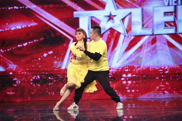 Chàng vũ công trẻ dìu mẹ khiếm thị khiêu vũ khiến Trấn Thành rơi nước mắt ảnh 1