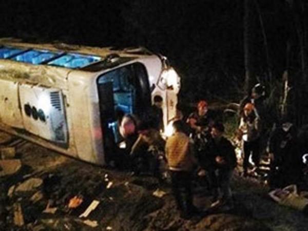 Audio 6-3-2016: Tránh xe máy, xe khách chở 34 người hành hương chùa Ba Vàng lật đổ bên đường ảnh 2