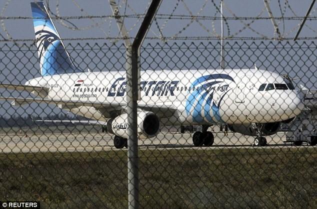 Những hình ảnh mới nhất từ hiện trường vụ máy bay bị bắt cóc ảnh 2