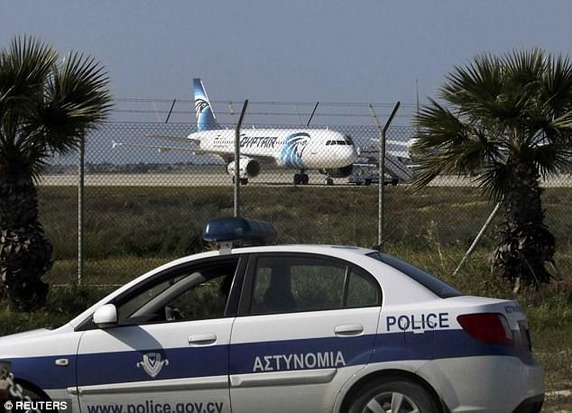 Những hình ảnh mới nhất từ hiện trường vụ máy bay bị bắt cóc ảnh 1