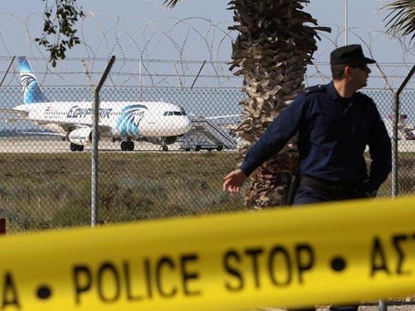 Những hình ảnh mới nhất từ hiện trường vụ máy bay bị bắt cóc ảnh 5