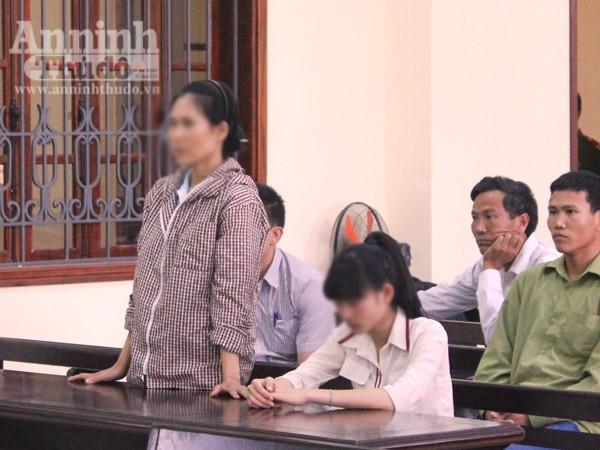 Chị Hải và con gái trong phiên tòa