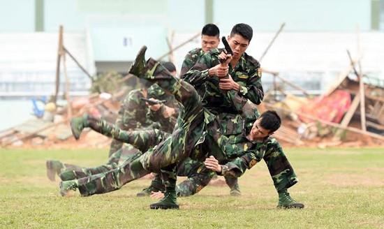 """Bộ đội biên phòng Việt Nam thể hiện khả năng """"mình đồng, da sắt"""" ảnh 4"""
