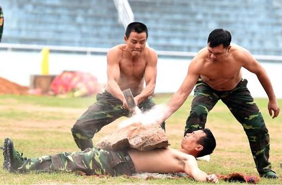 """Bộ đội biên phòng Việt Nam thể hiện khả năng """"mình đồng, da sắt"""" ảnh 8"""