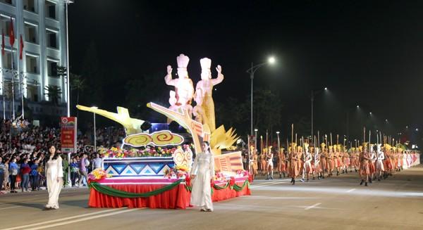 Hàng nghìn người đổ về Việt Trì dự Lễ hội văn hóa dân gian đường phố ảnh 1